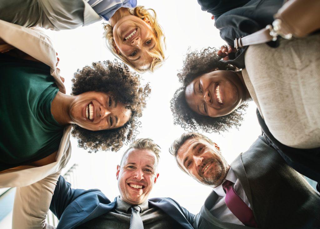Gruppe lachender Mitarbeiter