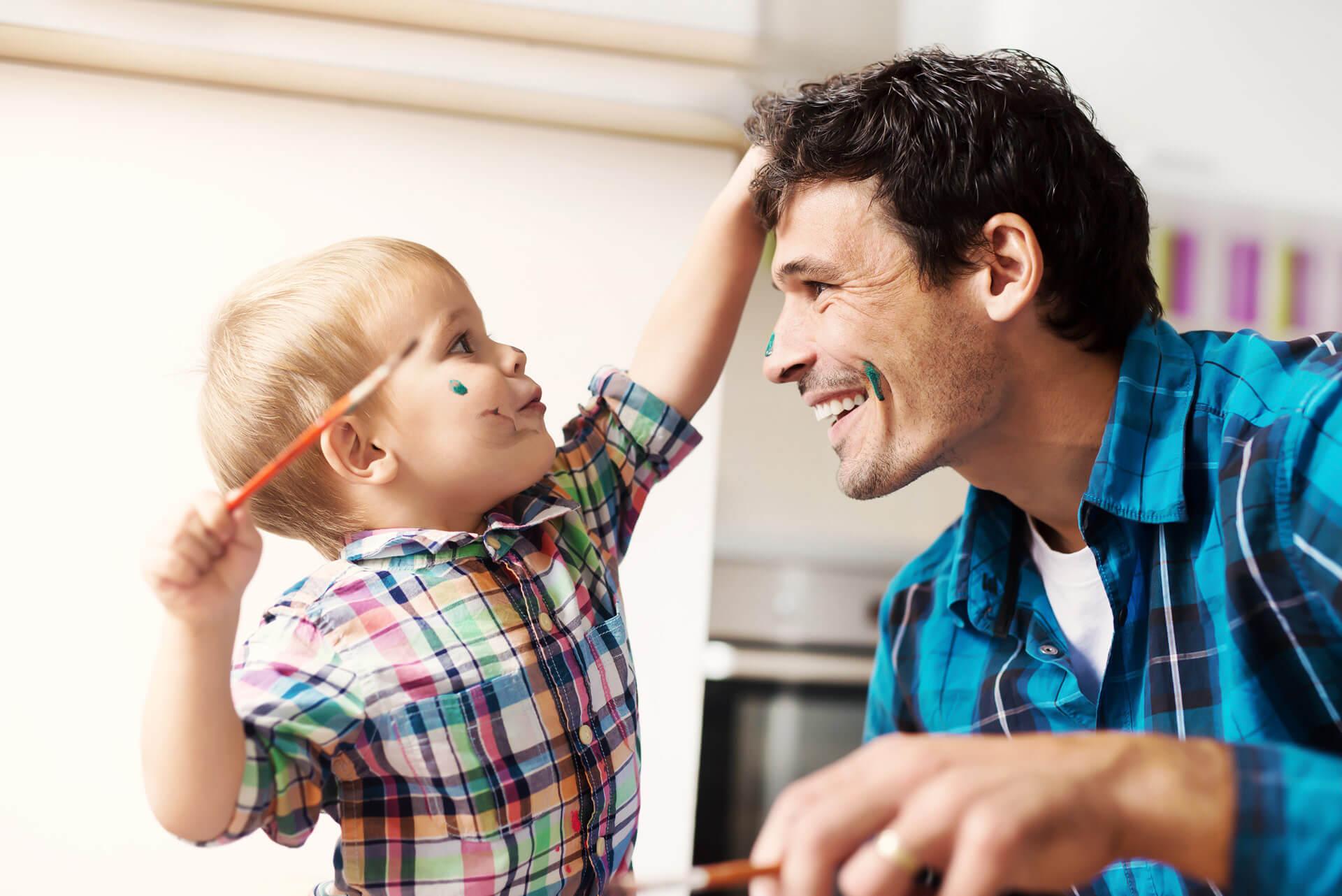 Kind malt Vater an