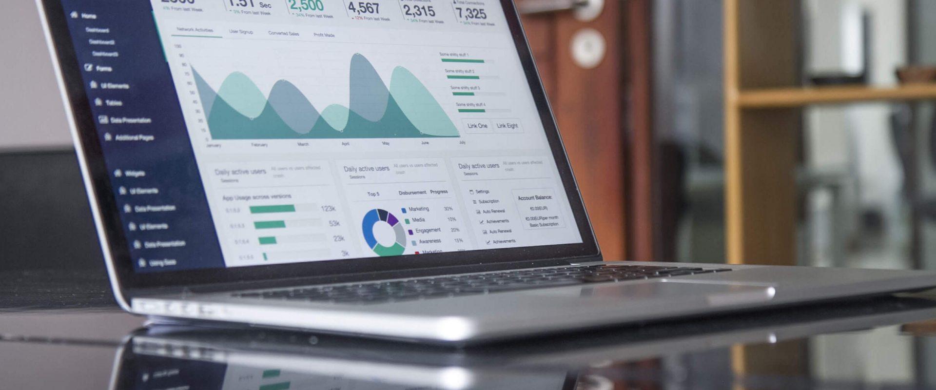 Laptop mit Statistik-Dashboard